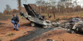 Avião com bandeira boliviana bate em poste e piloto morre