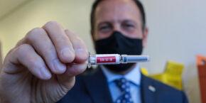 Doria faz turnê da Coronavac e ironiza Bolsonaro: cadê a vacina de Oxford?