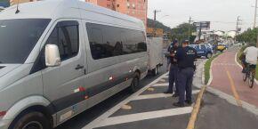 Duas vans de turismo irregular são barradas na entrada de Santos