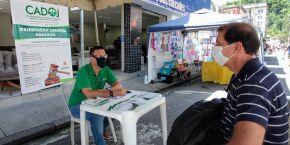 Entre vegetais e artesanato, feira de Santos oferece orientação jurídica