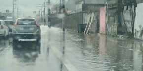 Em Santos, chuva forte deixa Avenida Nossa Senhora de Fátima alagada