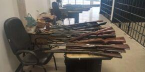 Idoso é detido com 60 armas, incluindo uma metralhadora feita de forma caseira