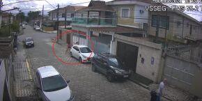 Dupla rende mulher e rouba carro em menos de um minuto na Vila São Jorge; VÍDEO