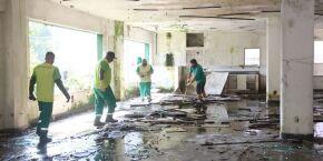 Agentes de saúde eliminam dezenas de focos de dengue em prédio abandonado de Santos