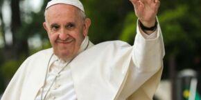Papa está caminhando e se alimentando, diz Vaticano