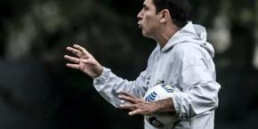 Fábio Carille pede a contratação de volante para o Santos