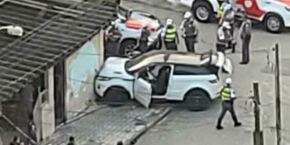 Trio rouba carro de luxo, mas é preso após colidir com muro de residência em PG
