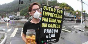 Jovem que sonha em ser empresário dribla a crise vendendo doces no semáforo, em Guarujá