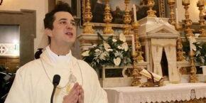 Sacrilégio! Suspeito de desviar dinheiro de fiéis para financiar orgias, padre é preso