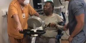 Pelé joga baralho no hospital e filha comemora: 'Vários passos para frente'