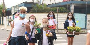 Alerta Fofura: alunos de escola municipal distribuem flores nas ruas