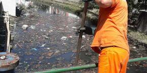 Garrafas e plásticos representam 40% do lixo retirado do sistema de drenagem em Santos