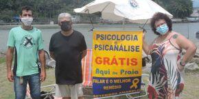 Psicóloga e psicanalista atendem ao público na Boca da Barra, em Itanhaém