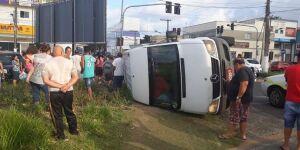 Acidente entre van e viatura deixa mais de 14 feridos em Peruíbe