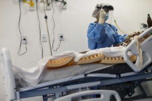 Paciente infectado com a Covid-19 faz tratamento de fisioterapia na UTI de hospital no município de Igarapé-Miri, no Pará