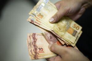 As parcelas serão pagas conforme o mesmo calendário em que são creditadas aposentadorias, pensões e auxílios-doença