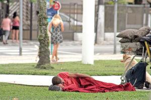 A ação social, com o tema 'Sua Doação Aquece um Coração', está arrecadando roupas de inverno, calçados e cobertores em bom estado, além de guarda-chuvas quebrados para serem transformados em sacos de dormir e distribuídos para pessoas em situações de rua