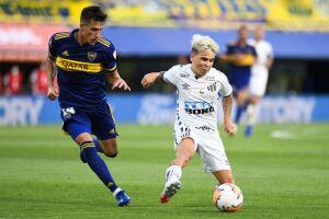 Soteldo disputa a jogada contra defensor do Boca Juniors