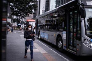 Recomendação de entidades de saúde é que a população em geral use máscaras