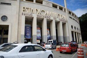 Um dos postos de vacinação drive thru, o estádio do Pacaembu, na zona oeste da Capital, registrou congestionamento na manhã deste sábado