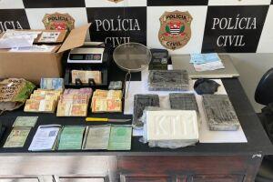 Dando continuidade as investigações em curso, os policiais civis foram até o apartamento do suspeito e apreenderam apetrechos utilizados na fabricação da droga