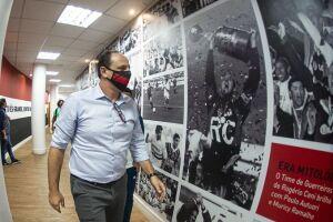 Ceni treinador do Flamengo observa foto de Ceni jogador erguendo taça pelo São Paulo
