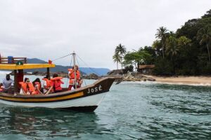 Chamado de 'Rota Caiçara', o percurso tem duração de três horas e parte dele é feito no mar, em barcos de pesca