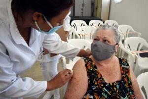 Três polos de vacinação estarão abertos para receber os idosos