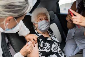 Idosos precisam se atentar a documentos na hora de se vacinar