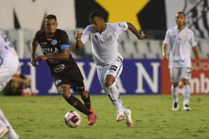 Arthur Gomes disputa a jogada contra o adversário