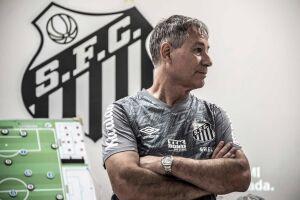 O técnico Ariel Holan ganhou novas opções para testar no time titular do Santos no treino desta quinta-feira (8)