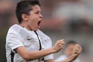 Exemplo desta dura realidade, o jogador Jonatas José Marcinkevicius, de 12 anos, encerrou a última temporada na categoria de base do Corinthians como artilheiro do time no Campeonato Paulista sub 11.