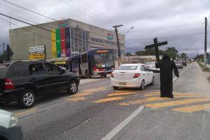 Costa mora perto da rodovia e notou o movimento intenso de veículos