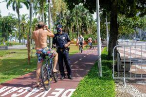 Guarda Municipal orienta ciclista a colocar máscara na ciclovia