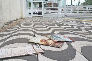 Panfletos jogados em rua de Santos