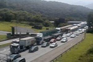 Colisão entre carretas gerou interdição e congestionamento na Imigrantes