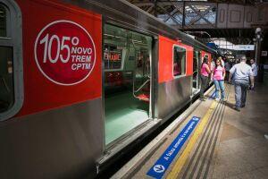 As aglomerações e o fluxo contínuo de passageiros em trens e estações do metrô e da CPTM contrastou com o vazio das ruas