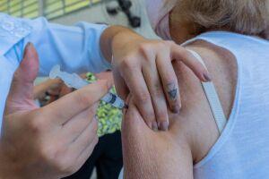 As pessoas que necessitarem tomar a segunda dose da vacina contra o coronavírus devem comparecer nos postos do Fundo Social de Solidariedade (FSS)