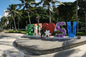 O monumento que fica na Praça Tom Jobim recebeu o toque de Renata Louzada