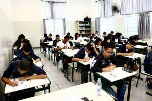 Em cada ano escolar, foram avaliados, aproximadamente, 7 mil estudantes, considerando uma amostra representativa e de diferentes perfis sociais e regionais do Estado, nos componentes curriculares de Língua Portuguesa e Matemática