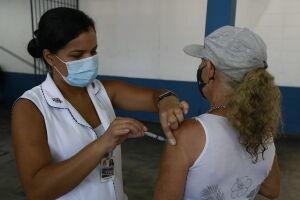 Para garantir a dose, basta que o munícipe compareça a um dos dois postos de vacinação munido de um documento com foto, CPF e comprovante de residência