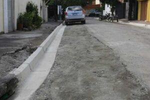 As vias serão atendidas com serviços de guias, sarjetas, pavimentação, sinalização viária horizontal, reparos nos passeios e acessibilidade.