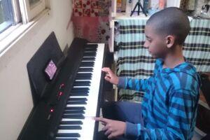 O momento inusitado aconteceu durante uma aula teórica para o 8° ano sobre sons, timbre e intensidade das notas musicais