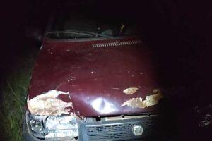 Carro do suspeito com as marcas do impacto após atingir 2 pessoas e o carrinho com o bebê.