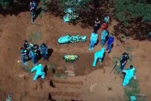 Cemitério da Vila Formosa, em SP, com enterro de vítimas da Covid-19.