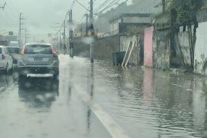 Avenida Nossa Senhora de Fátima voltou a alagar após chuva intensa, em Santos