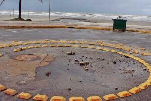 Vazamento de esgoto acontece na rotatória das avenidas Flácides Ferreira e Mário Covas Júnior, na orla.