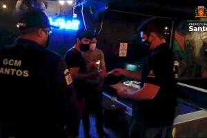 Denúncias levaram autoridades a bares de Santos que estavam lotados de pessoas sem máscaras
