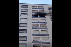 Um apartamento pegou fogo na tarde desse sábado (10) em um prédio que fica ao lado da Igreja do Embaré, no bairro de mesmo nome, em Santos.