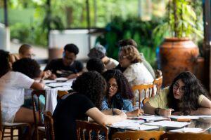 Há mais de 20 anos, o Ismart tem a missão de identificar jovens talentos com baixa renda e alto desempenho escolar, que tenham entre 12 e 15 anos, para oferecer acesso a programas de desenvolvimento e orientação profissional